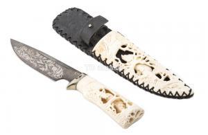 нож Таежный: сталь дамаск рукоять рог лося, ножны рог лося (резьба по кости)